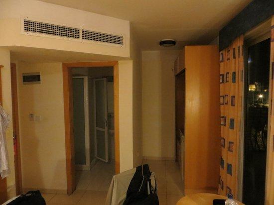 Bayview Hotel & Apartments: Zimmer, Ansicht WC/Duschbereich mit Küchenzeile