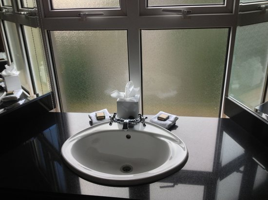 The Malton Hotel: Sink with beautiful windows that open! Jr Suite 301