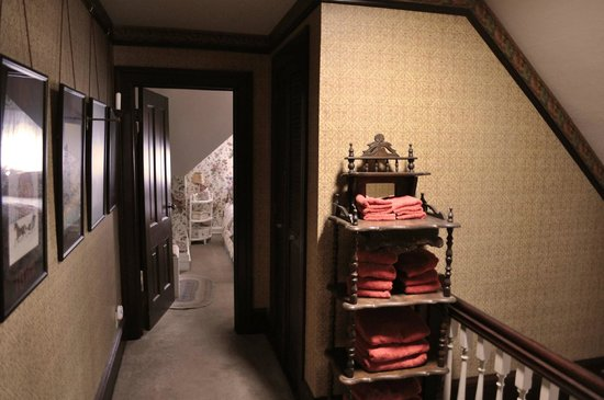 A Painted Lady Inn : Upper hallway
