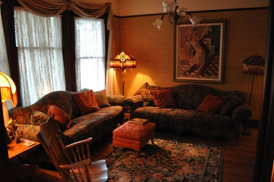 A Painted Lady Inn : The sitting room - very nice area for chatting before breakfast