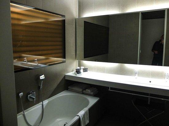 Hotel Lone: Bathroom