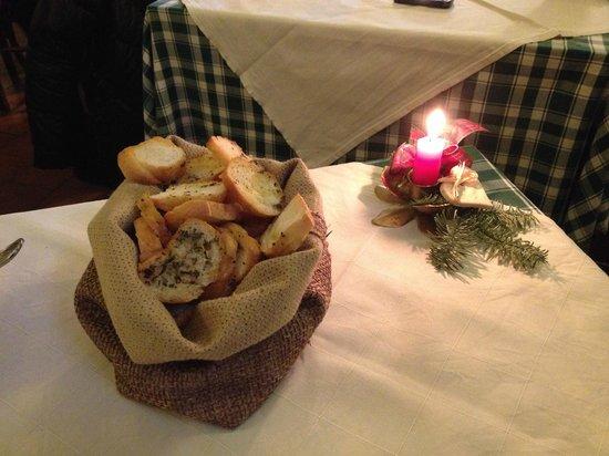 Al Vicolo: cestino bruschette e pane caldi