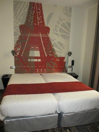 Hotel Alpha Paris Tour Eiffel: Double bed with decoration Eiffel