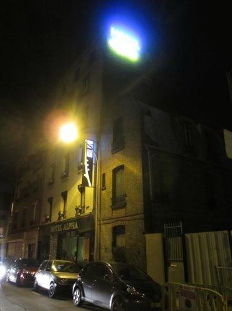 Hotel Alpha Paris Tour Eiffel: Front view at night
