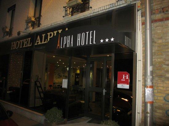 Hotel Alpha Paris Tour Eiffel: Entrance night