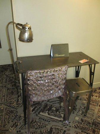 Hotel Alpha Paris Tour Eiffel: Desk