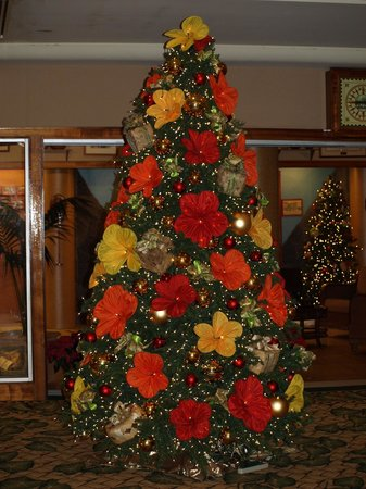Outrigger Waikiki Beach Resort: Beautiful Christmas tree in the Outrigger lobby