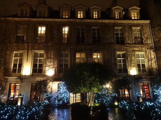 Le Pavillon de la Reine: Outside with Christmas lights