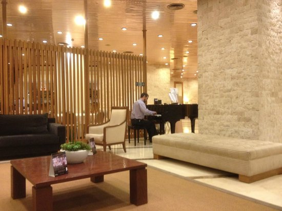 NH Barcelona Sant Just: Pianist playing in the lobby in the evenings