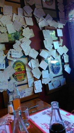 Cerveceria Blest: Cada uno deja un recuerdo en un apoyavaso que luego pegan como decoración.