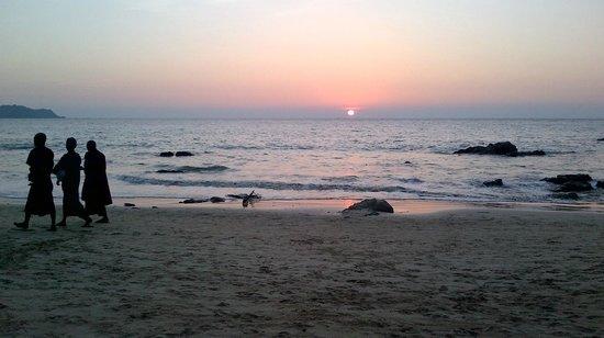 Thande Beach Hotel: Sun set Dec 31 2013 Ngapali Beach