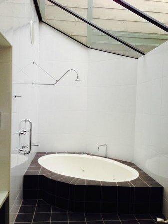 BreakFree Aanuka Beach Resort : Spa bath