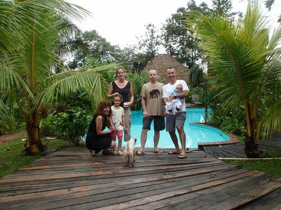 Monkey Lodge Panama: Devant la piscine, les lodges en arrière plan