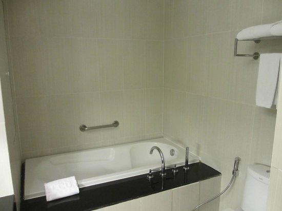 Adelphi Suites Bangkok: Bathroom 2