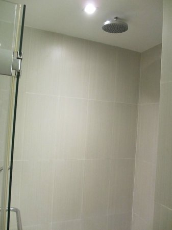 Adelphi Suites Bangkok: Bathroom 1 (Rain Shower)