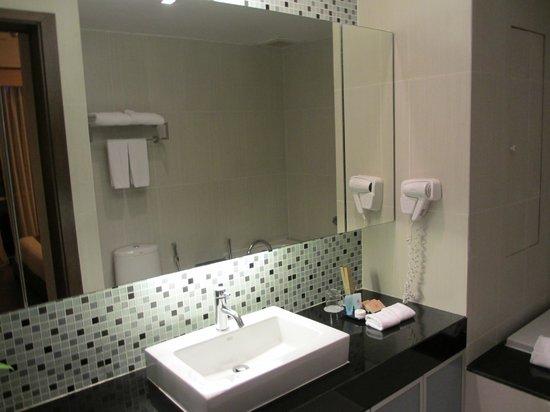 Adelphi Suites Bangkok: Bathroom 3