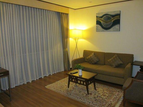 Adelphi Suites Bangkok: Livingroom 3