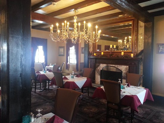 Brook Forest Inn and Spa : Chandeliers dining room