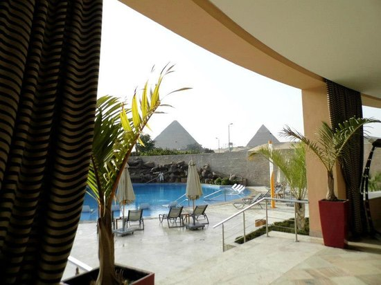 Le Méridien Pyramids Hotel & Spa : View from dining room out on pool