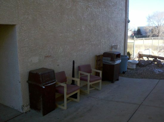 Motel 6 Williams West - Grand Canyon: At least they KINDA hid the toilet next to the 'smokers' lounge.