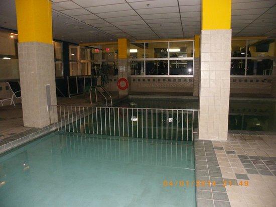 La salle de bain picture of sandman hotel montreal for Salle de bain longueuil