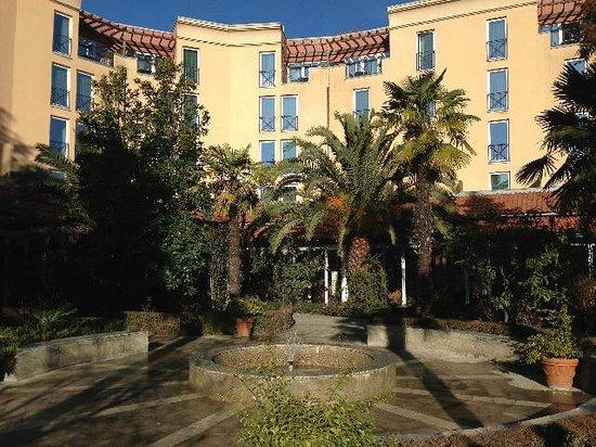 Rogner Hotel Tirana: giardino