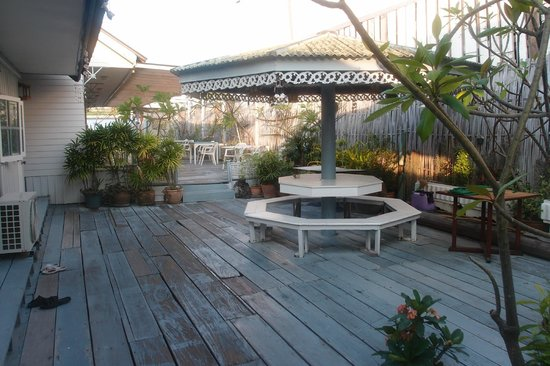 Fulay Guest House: terrasse face aux chambres