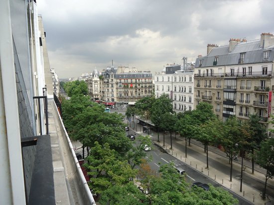 Hotel Le Royal: Early morning view of boulevard Raspail from our room