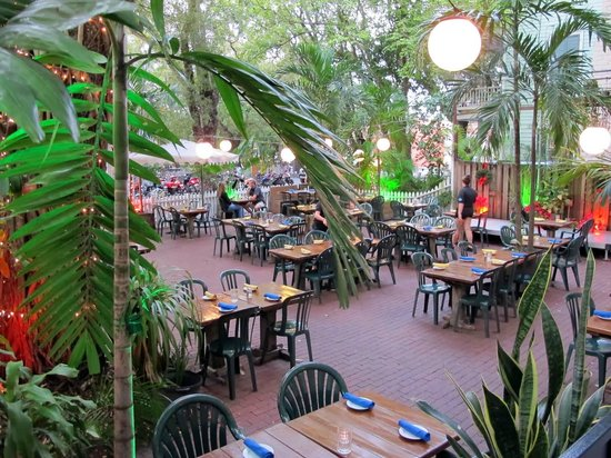 Kelly's Caribbean Bar & Grill : Outdoor courtyard is delightful