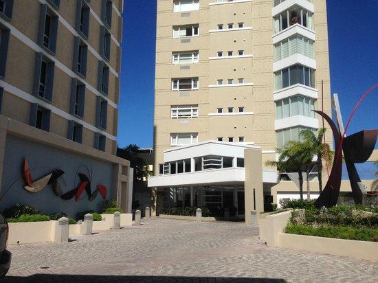 Courtyard San Juan Miramar : Front of hotel