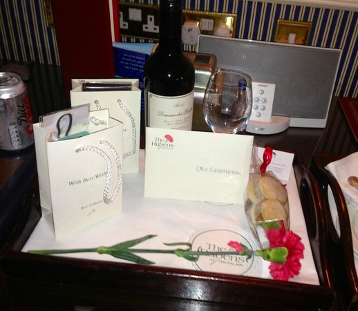 The Rubens at the Palace: Wine and cards left on arrival