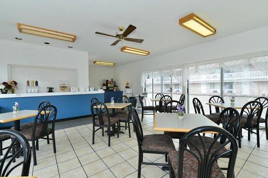 Americas Best Value Inn Mackinaw City : Breakfast Room