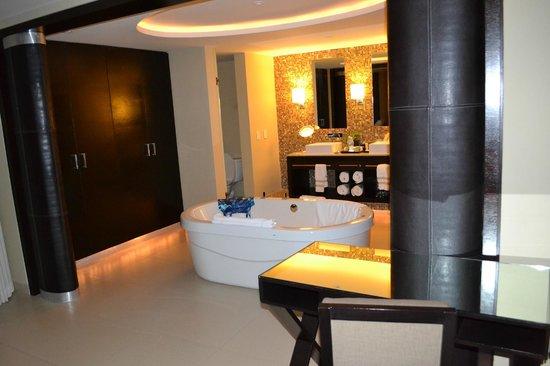 Azul Beach Hotel: Honeymoon suite bathroom