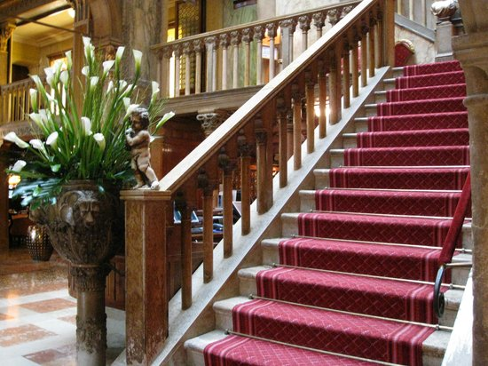 Hotel Danieli, A Luxury Collection Hotel: Elegant staircase