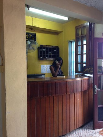 Caribic House: Front desk, receptionist on phone