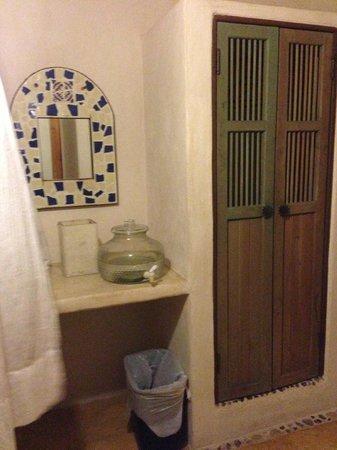 Hotel CalaLuna Tulum : Closet and vanity with water