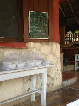 Hotel CalaLuna Tulum: Breakfast bar with fruit and yogurt