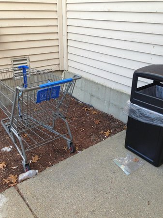 Ramada Groton: Garbage outside