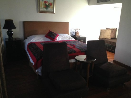 Red Wall Garden Hotel: Lovely soft bed with rose petals