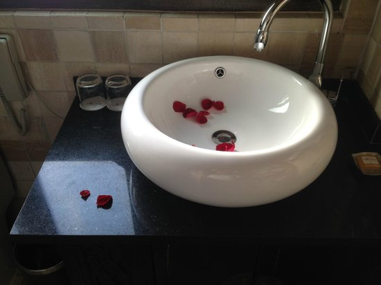 Red Wall Garden Hotel: rose petals for our anniversary