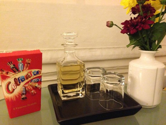 Kew House: Sherry and chocolates waiting for us!