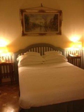 Petit Palais Hotel de Charme : Queen size bed