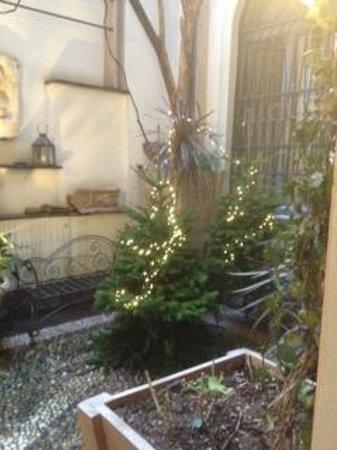 Petit Palais Hotel de Charme: Small courtyard