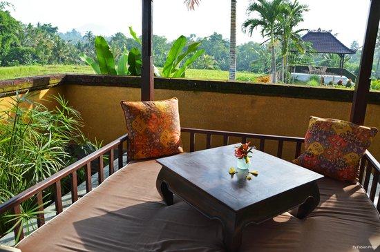 Mandala Desa: Mesa ratona con almohadones.