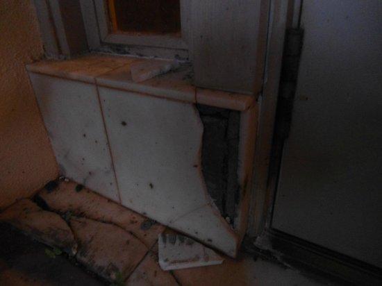 The Ritz-Carlton, Kapalua: Ground level tile damage of exterior