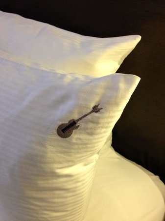 Hard Rock Hotel San Diego: Guitars embroidered on the pillow cases