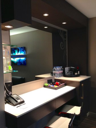 Hard Rock Hotel San Diego: Hard rock king suite - bar