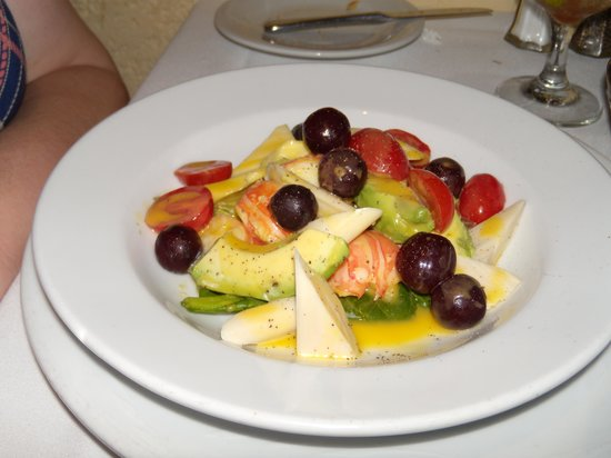 Cafe Matisse : Lobster w/ avo, hearts of palm,tomatoes & grapes