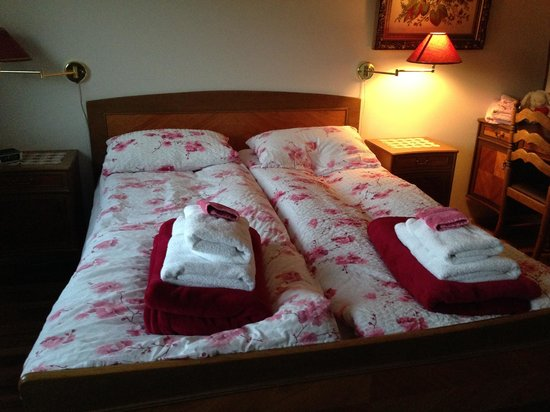 Minna-Mosfell Guesthouse: Our very comfortable bed...