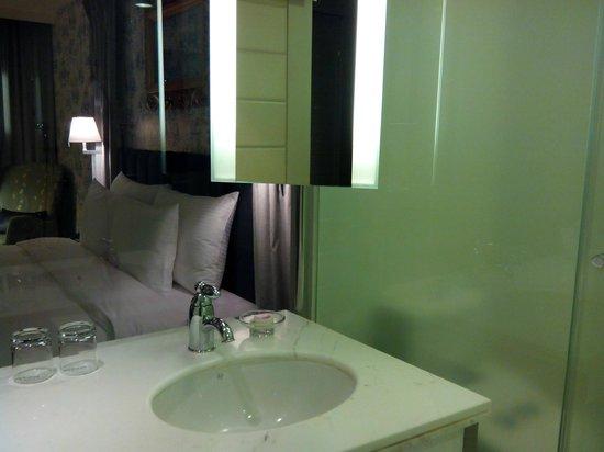 Grand Victoria Hotel : 浴室和房間用落地玻璃相隔